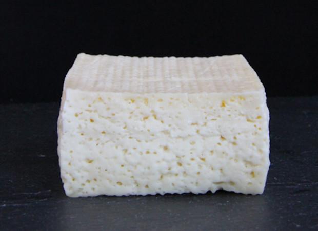Учёные создали сыр на закваске из бактерий с человеческих ног, пупка и подмышек
