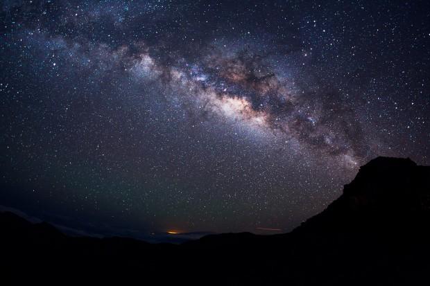 Звёзд во Вселенной больше, чем песчинок на пляжах Земли, а атомов в одной песчинке, больше, чем звёзд