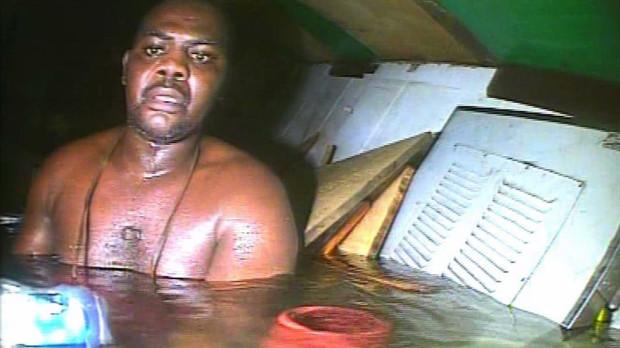 Человек смог почти трое суток выживать внутри затонувшего корабля