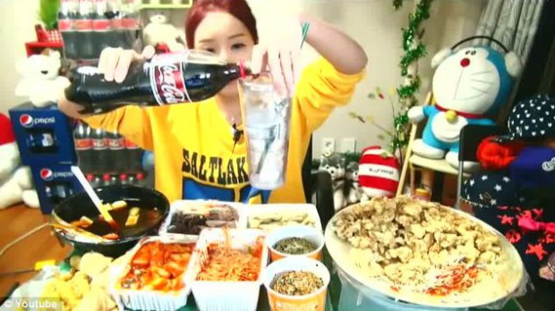 В Южной Корее люди платят за то, чтобы в прямом эфире посмотреть, как объедаются другие