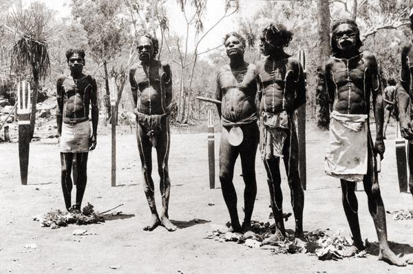 Австралийские аборигены разрезают пенис по достижении зрелости