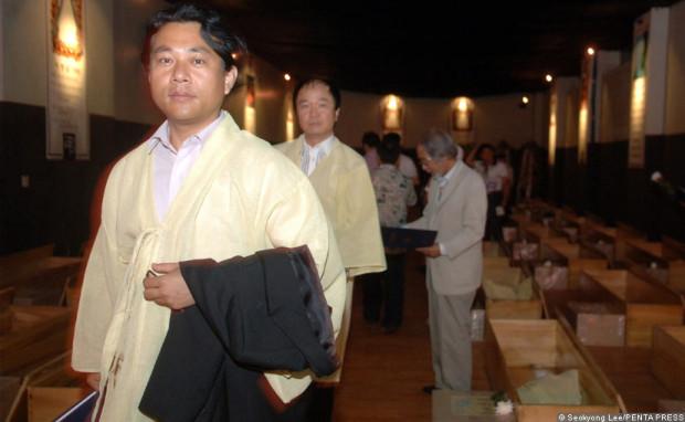 В Южной Корее проводят поддельные похороны
