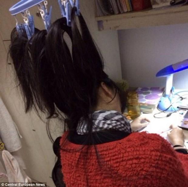 Китайские студенты привязывают волосы к потолку, чтобы не заснуть во время учёбы