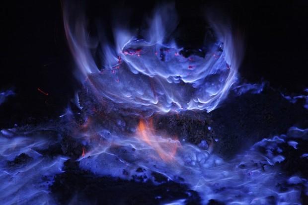 Вулкан в Индонезии извергает потрясающую синюю лаву