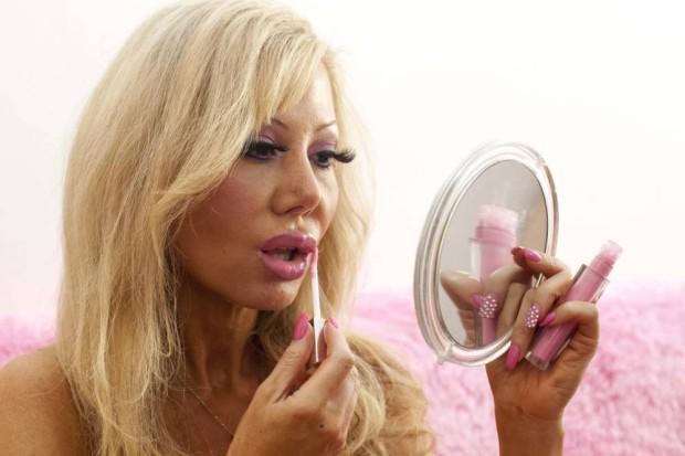 Фанатка кукол Барби прибегает к гипнотерапии, чтобы стать «более безмозглой»