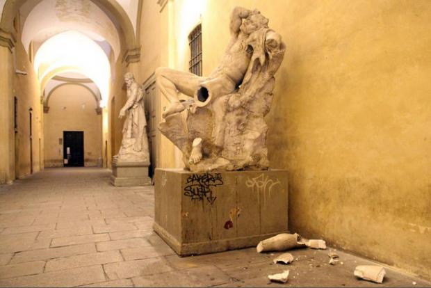 Студент сломал ценную статую XIX-го века, пока делал селфи у неё на коленях
