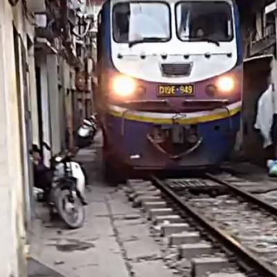 По узкой пешеходной улице Ханое проходит поезд