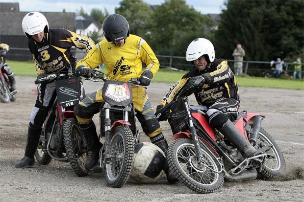 Существует такой вид спорта как мотобол — футбол на мотоциклах