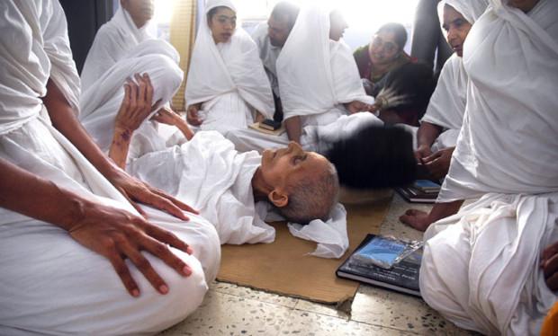 Каждый год сотни монахов-джайнов убивают себя голодом