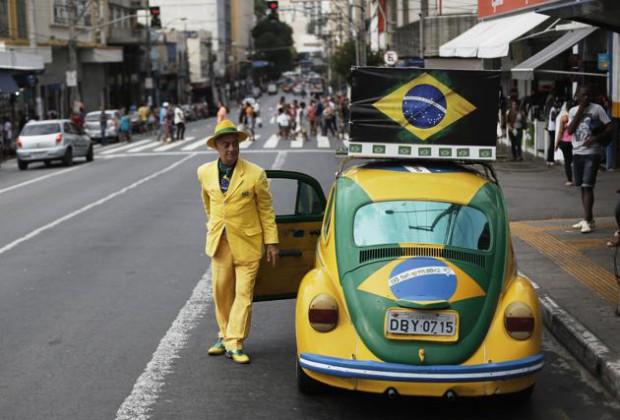 Футбольный фанат из Бразилии уже 20 лет носит одежду только цветов флага сборной