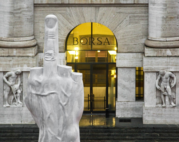 Перед Итальянской фондовой биржей установлен мраморный средний палец под названием «Л.Ю.Б.О.В.Ь.»