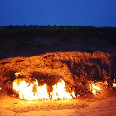 В Азербайджане есть гора, которая горит вечным пламенем