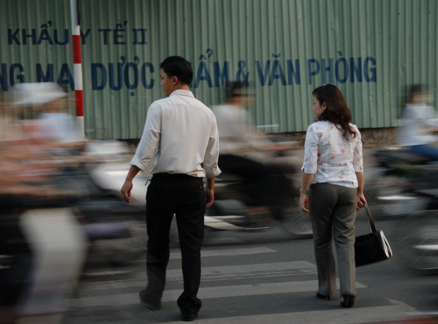 Во Вьетнаме так трудно перейти улицу, что приходится просить о помощи полицию