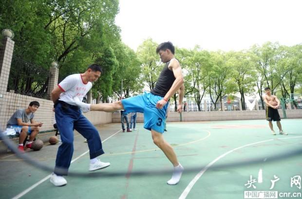 48-летний китаец работает «мальчиком для битья» — любой может ударить его за деньги