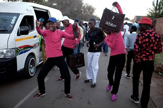 В Южной Африке существует странная субкультура прожигания денег — ижикотан