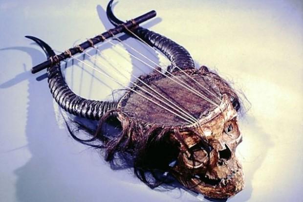 Лира, сделанная из человеческого черепа