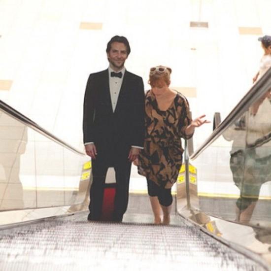 Картонная фигура Брэдли Купера в полный рост сопровождает американку повсюду