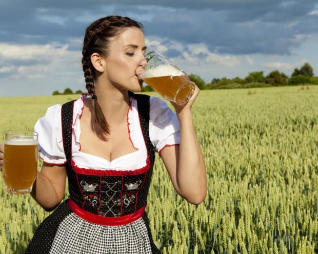 Даже если женщина просто сидит рядом с бутылкой пива, мужчины думают, что она «лёгкого поведения»
