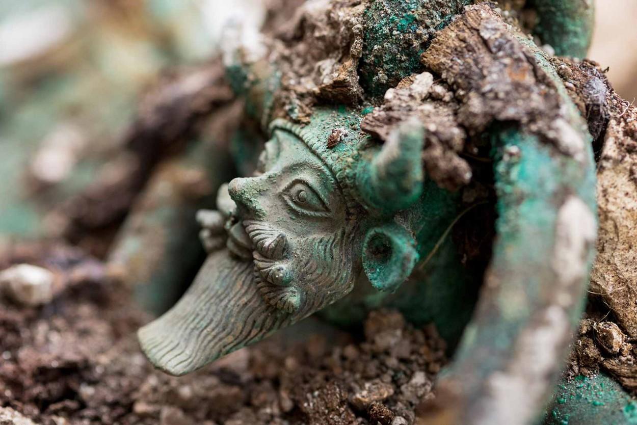 Во Франции раскопали бесценную гробницу кельтского князя (10 фото)