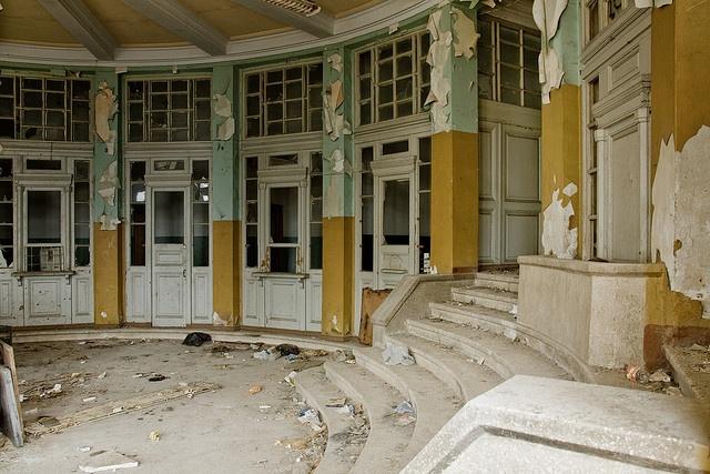 10 мрачных заброшенных мест, где когда то кипела жизнь