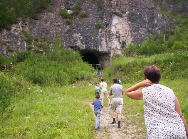 Туристы возле Денисовой пещеры