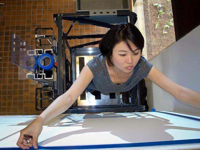 Художница из Лос-Анджелеса, известная своими иллюстрациями с едва уловимым эротическим намеком, сочетающими технику японской манги и арт-нуво.