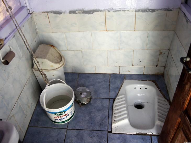 Тетка в туалете с дыркой 22 фотография
