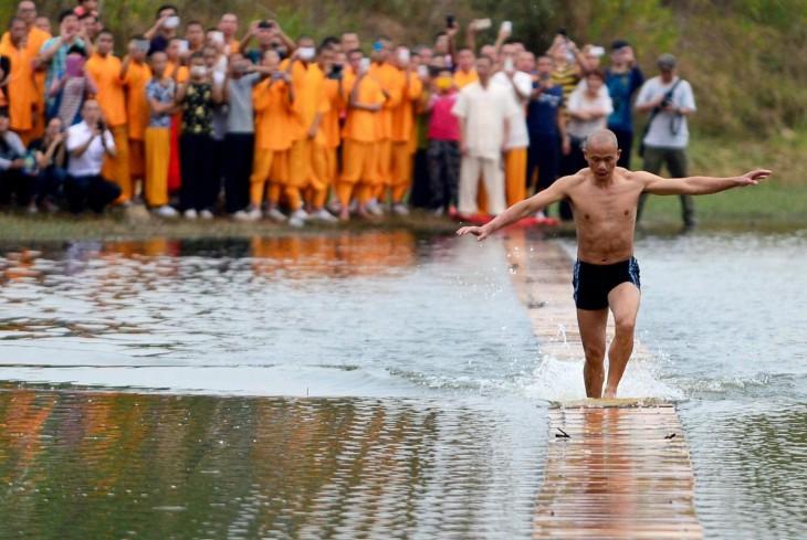 Монах пробежал по воде немыслимые 125 метров и установил мировой рекорд