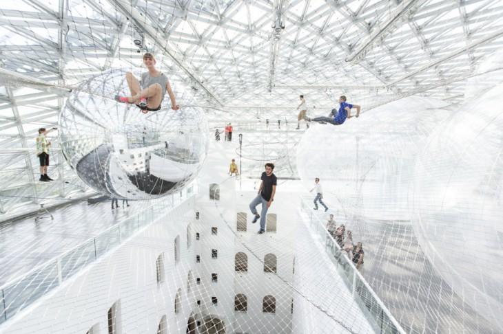 Инсталляция «Наорбите» вмузее Дюссельдорфа