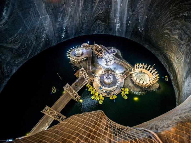 Парк развлечений на дне шахты (6 фото)