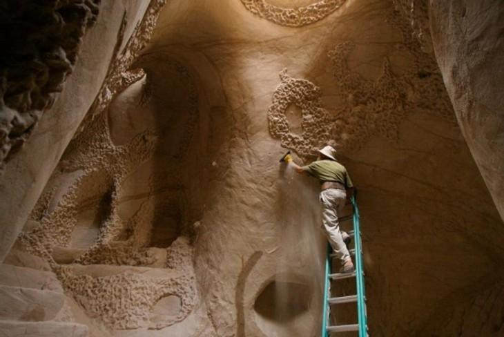 Волшебные дворцы в пустынных скалах, построенные скульптором-самоучкой (18 фото)