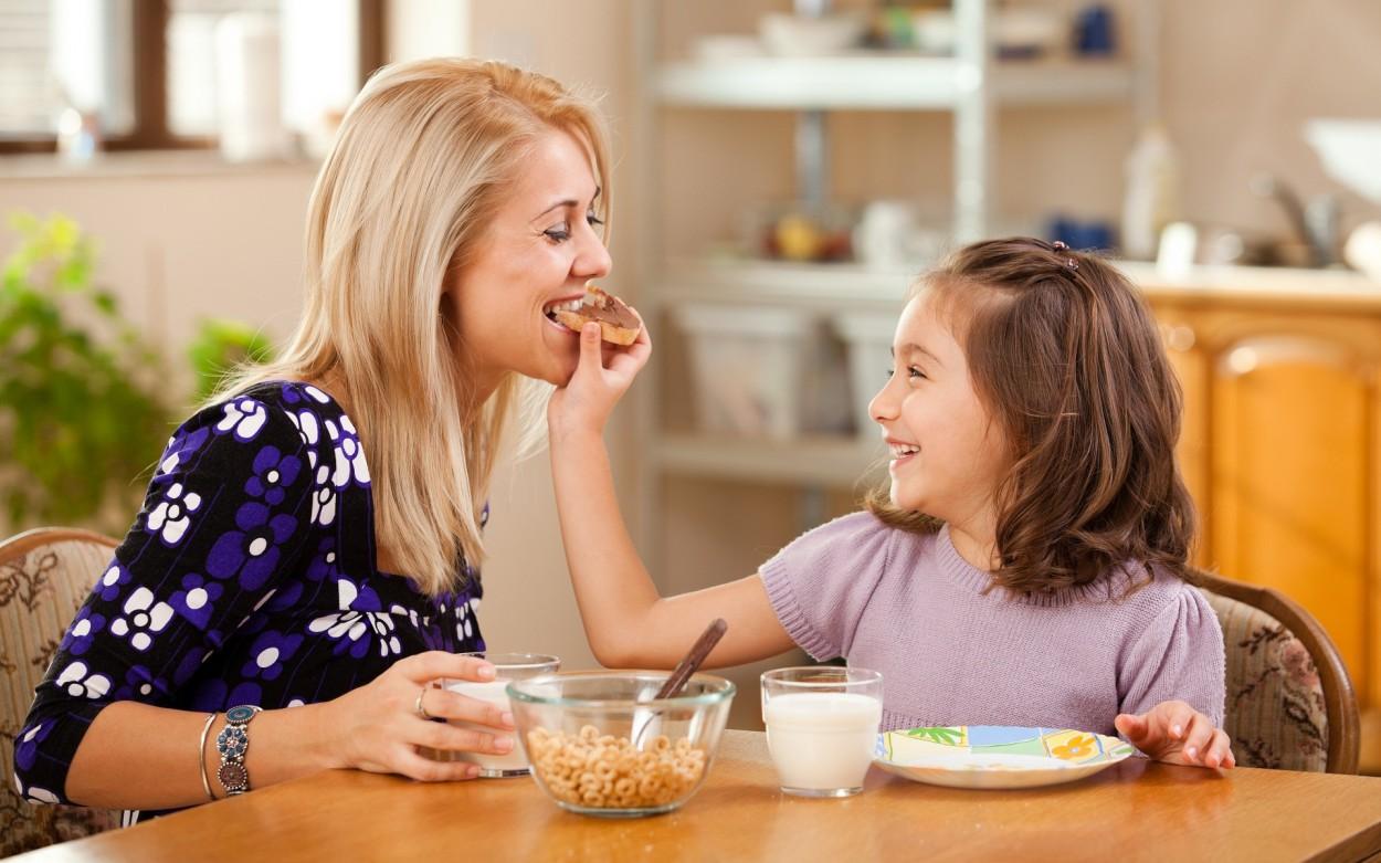 Сын мать и друзья на кухне смотреть 11 фотография