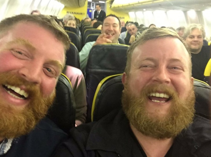 Пассажир самолёта сел рядом с незнакомцем и не поверил своим глазам, когда повернул голову