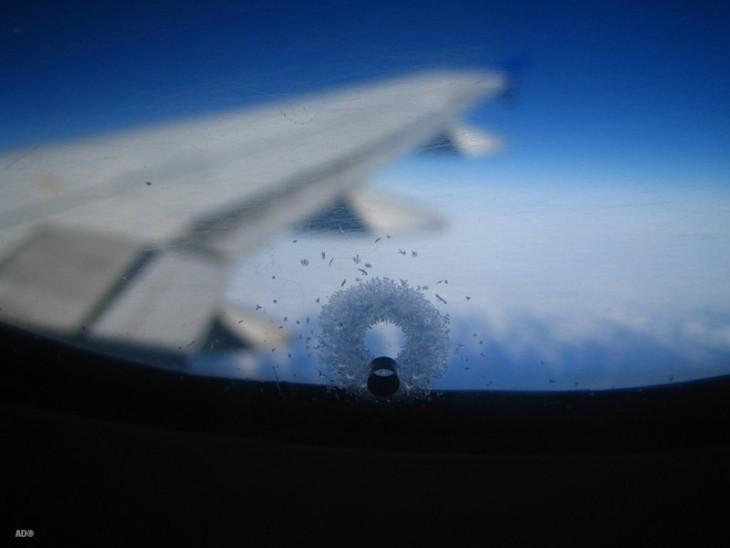 Зачем в иллюминаторах самолета делают маленькое отверстие