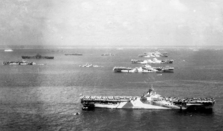 Камуфляж продолжали использовать и во Второй мировой войне. На фотографии — американский авианосец Wasp и несколько других судов, стоящих на рейде в Тихом океане.