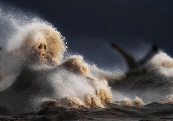 Невероятные «лица» разъярённого озера Эри