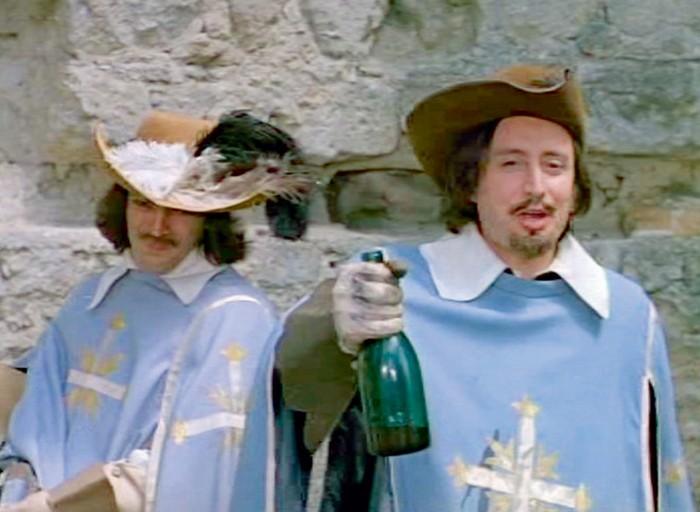 Поддельное «бургундское» сами мушкетеры тайком заменили нанастоящее вино