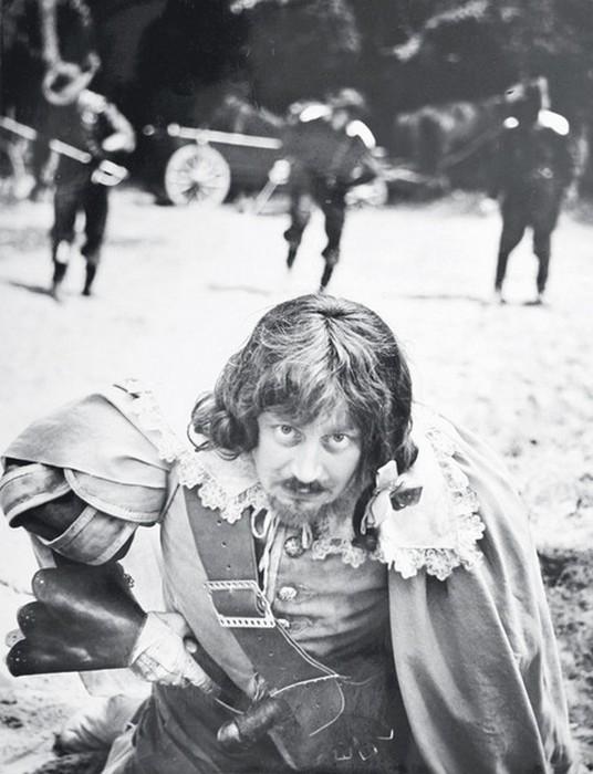 Ватный живот Портоса наэтом фото почти выбивается из-под одежды