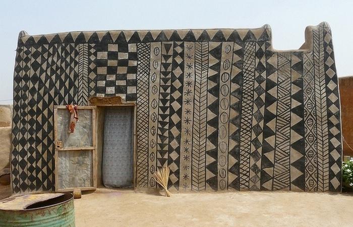 Дома расписаны традиционными узорами ирисунками • Все фотографии в посте: Novate.ru