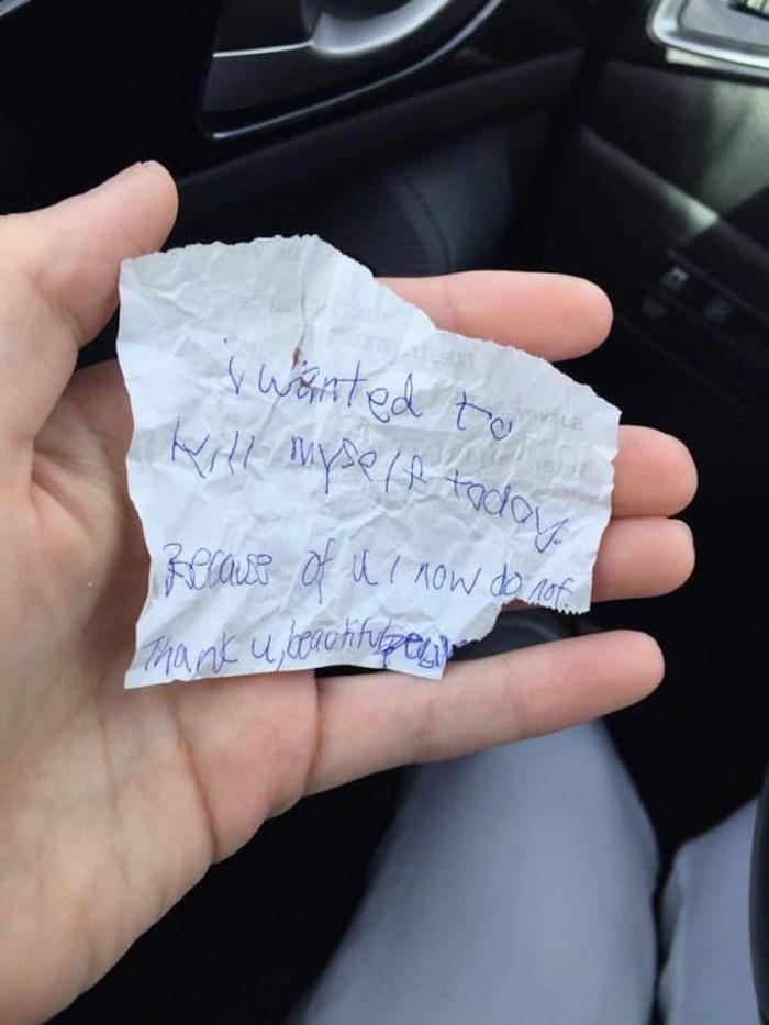 Молодая мама купила завтрак бездомному, а он оставил ей записку с шокирующим признанием