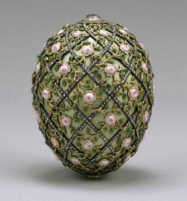 Яйцо срешеткой ирозами, Фаберже, 1907