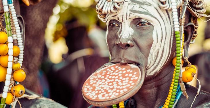 Зачем женщины племени мурси вставляют тарелки в нижнюю губу и как они ухитряются есть
