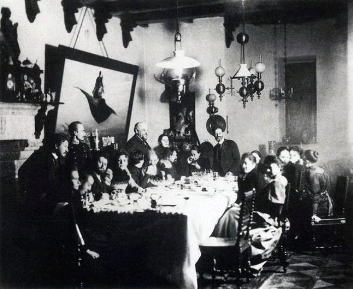 Серов, Коровин, Репин, Суриков, Антокольский в гостиной у Саввы Мамонтова, 1889 г.