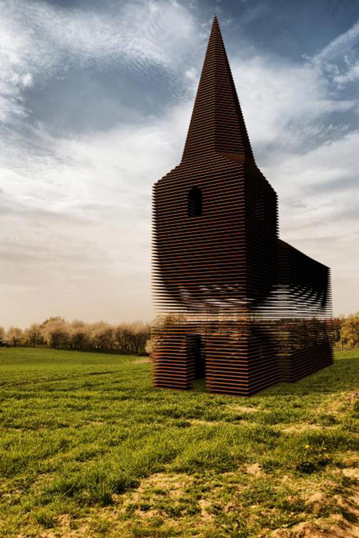 С виду это обычная церковь, но если сменить ракурс… Это потрясающе!