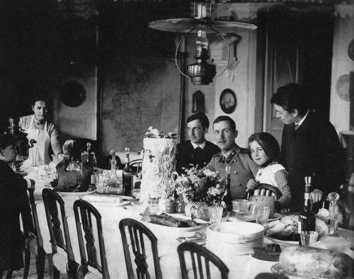 Семья Мамонтовых в столовой, 1888 г.