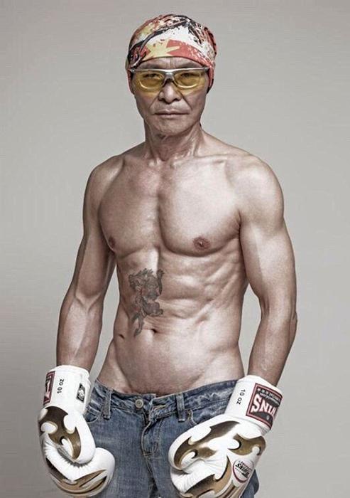 Этот мужчина начал тренировки в 50 лет и достиг потрясающего результата!