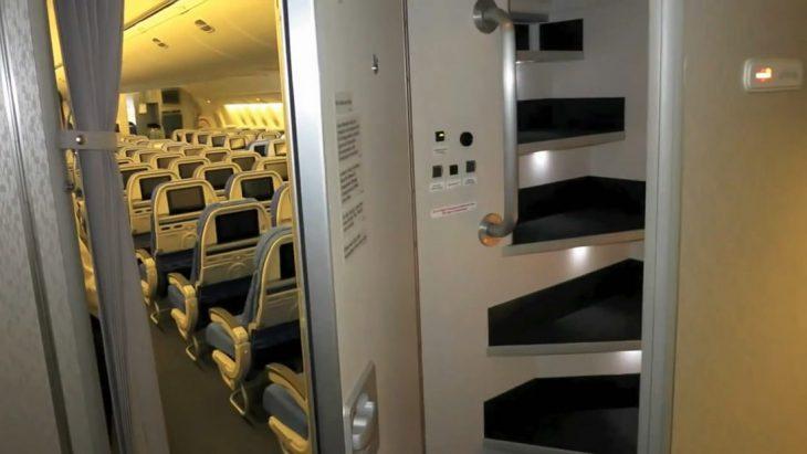 Где спят стюардессы во время дальних перелётов?
