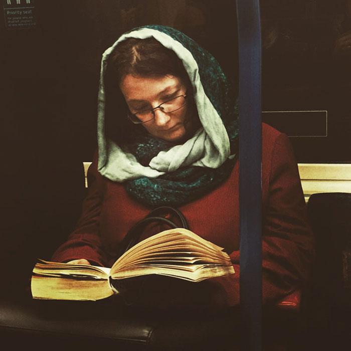 Фото - путешествие по эпохам парень фотографирует пассажиров метро в стиле 16 века