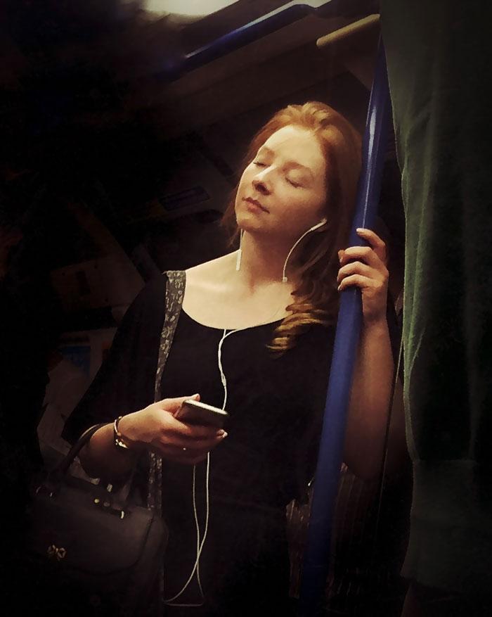 Фото 2 - путешествие по эпохам парень фотографирует пассажиров метро в стиле 16 века