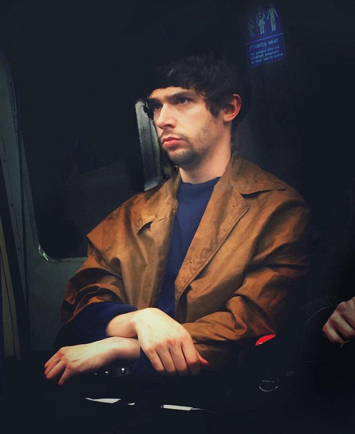 Фото 3 - путешествие по эпохам парень фотографирует пассажиров метро в стиле 16 века